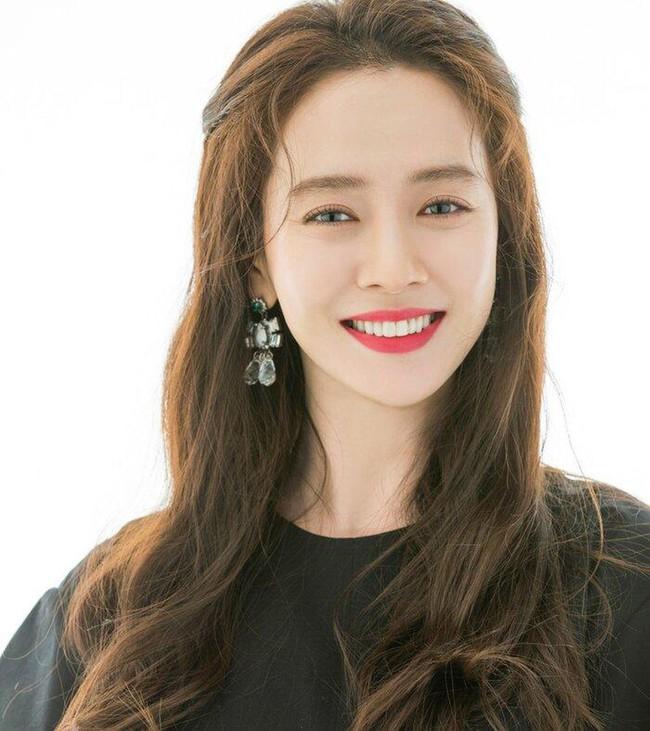 """Son Ye Jin bị Song Ji Hyo """"vượt mặt"""" giành giải Nữ diễn viên được yêu thích nhất Châu Á, Hyun Bin bất ngờ bại trận trước đàn em kém tuổi - Ảnh 3."""