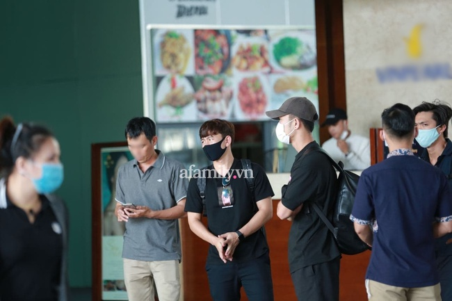 HOT: Xuân Trường, Minh Vương đã đến sân bay Phú Quốc, chuẩn bị về khách sạn dự đám cưới đồng đội Công Phượng - Ảnh 2.