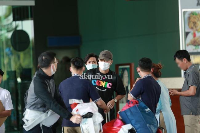 HOT: Xuân Trường, Minh Vương đã đến sân bay Phú Quốc, chuẩn bị về khách sạn dự đám cưới đồng đội Công Phượng - Ảnh 1.