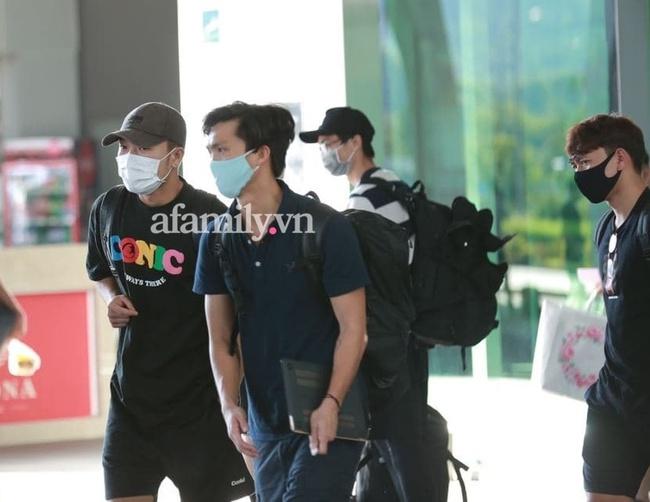 HOT: Xuân Trường, Minh Vương đã đến sân bay Phú Quốc, chuẩn bị về khách sạn dự đám cưới đồng đội Công Phượng - Ảnh 4.