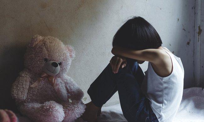 """Thấy con gái 5 tuổi có hành vi lạ với gấu bông rồi nói """"chú chạm vào con"""", cha mẹ gặng hỏi nguyên nhân rồi choáng váng khi biết được sự thật - Ảnh 1."""