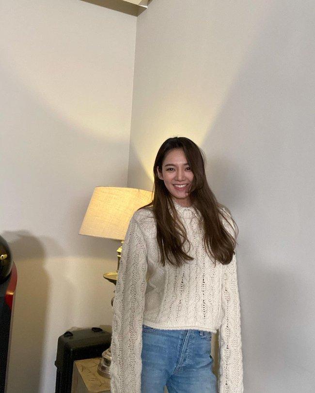 Đáng sắm nhất lúc này là áo len trắng vì có 10 cách diện trang nhã đẹp mê, nàng nào cũng áp dụng được - Ảnh 2.