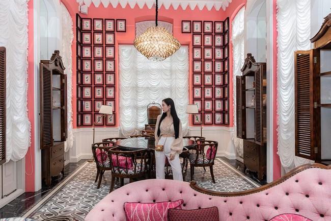 Jun Vũ ở trong căn phòng ngập tràn sắc hồng.