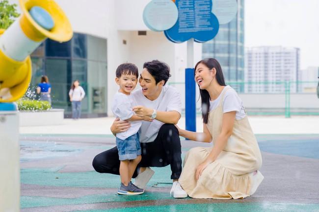 Vợ chồng Chúng Huyền Thanh đưa con trai đi chơi vào dịp cuối tuần.