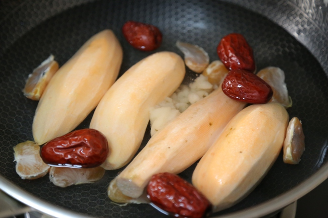 """Quên cách luộc thông thường đi đây mới là """"chân ái"""" để có món khoai lang cực phẩm - Ảnh 2."""
