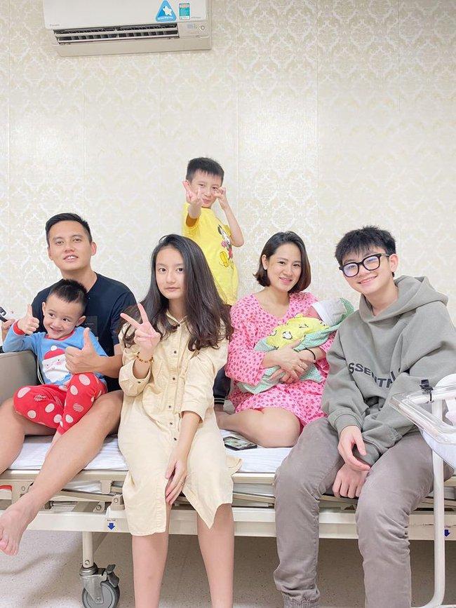 """Sau khi sinh con thứ 5, mẹ Hà Nội chụp ảnh """"check in"""" cùng gia đình chật giường bệnh viện - Ảnh 1."""