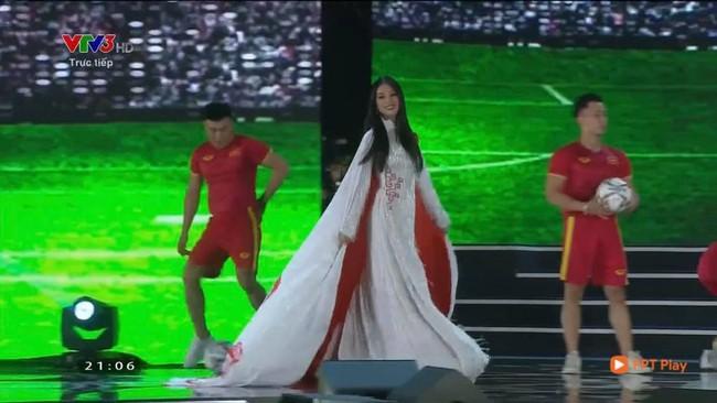 Sau màn hở bạo trên thảm đỏ, Tiểu Vy tiếp tục gây choáng khi diện áo dài  - Ảnh 1.