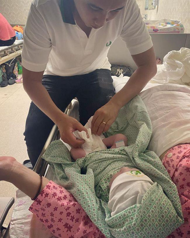"""Sau khi sinh con thứ 5, mẹ Hà Nội chụp ảnh """"check in"""" cùng gia đình chật giường bệnh viện - Ảnh 4."""