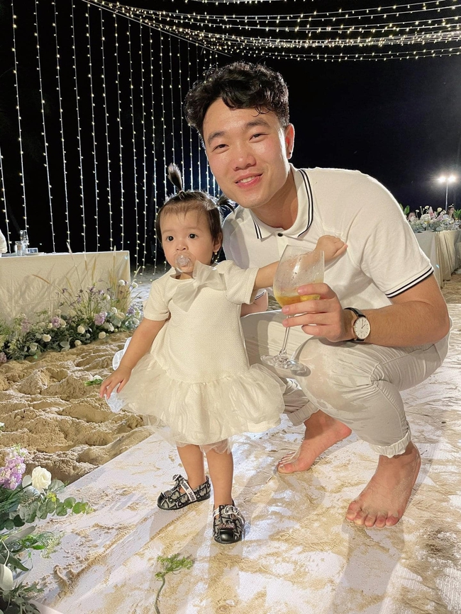 Cô bé được Công Phượng - Viên Minh ẵm đi tiếp khách cùng, Xuân Trường  - Ảnh 1.