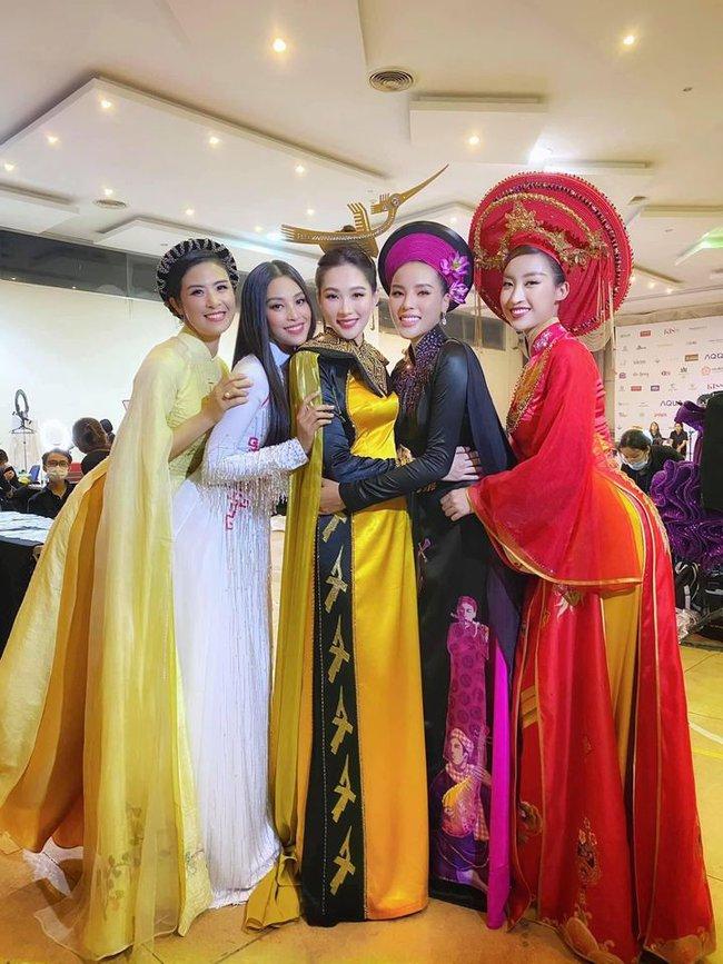 Khoảnh khắc hiếm tại đêm Chung kết Hoa hậu Việt Nam 2020, màn đọ nhan sắc của dàn hậu qua các thời kỳ trong cùng khung hình - Ảnh 1.