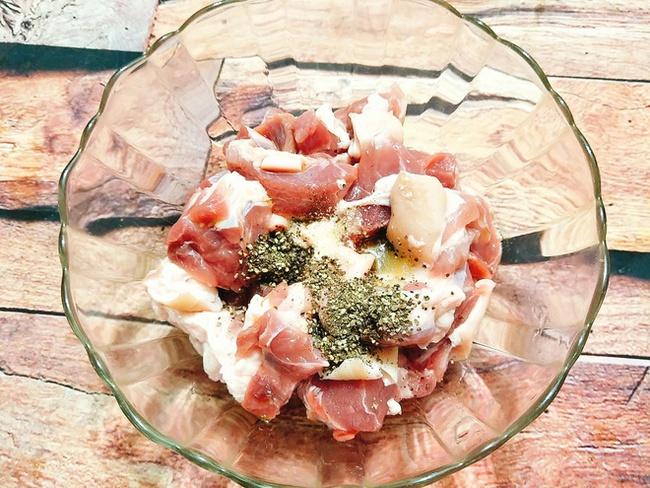 """Món ăn """"làm nửa tiếng, chén cả tuần"""" dành cho người bận rộn: Kết hợp cùng cơm nóng và dưa chua, đảm bảo vừa đủ chất vừa ngon quên sầu! - Ảnh 6."""