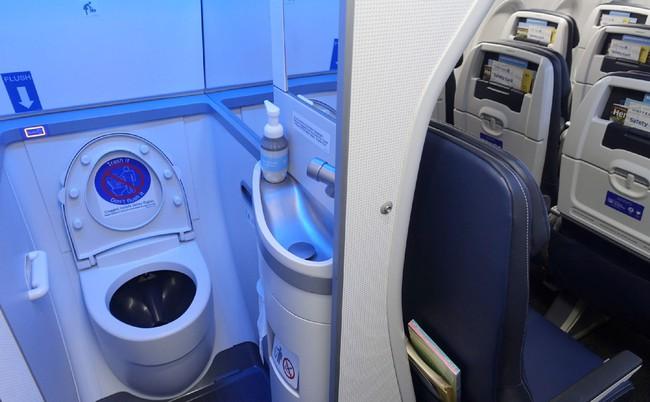 """Tiếp viên hàng không tiết lộ """"thời điểm vàng"""" để đi vệ sinh trên máy bay khiến ai nấy ngã ngửa, hóa ra chẳng phải """"cứ buồn là xả"""" - Ảnh 3."""