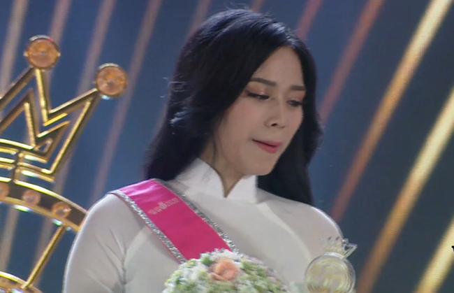 Biểu cảm khó hiểu của Tân Hoa hậu Việt Nam 2020: Mắt thì muốn khóc nhưng miệng thì muốn cười, có lúc lại thẫn thờ? - Ảnh 4.