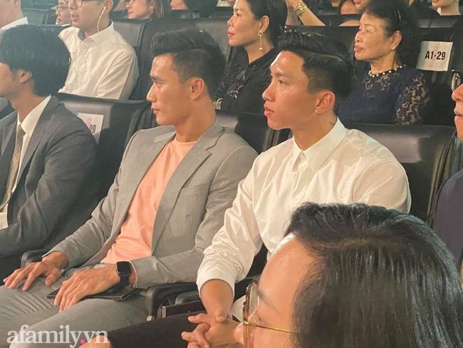 """Đoàn Văn Hậu bảnh bao xuất hiện tại Chung kết Hoa hậu Việt Nam để cổ vũ """"bạn gái tin đồn"""" Doãn Hải My - Ảnh 2."""