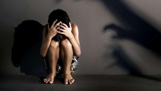 Nữ giúp việc khóc lóc tố bị ông chủ cưỡng hiếp, người vợ vội đi trình báo cảnh sát nhưng lại phát hiện sự thật động trời khác nhờ tin nhắn điện thoại - Ảnh 1.