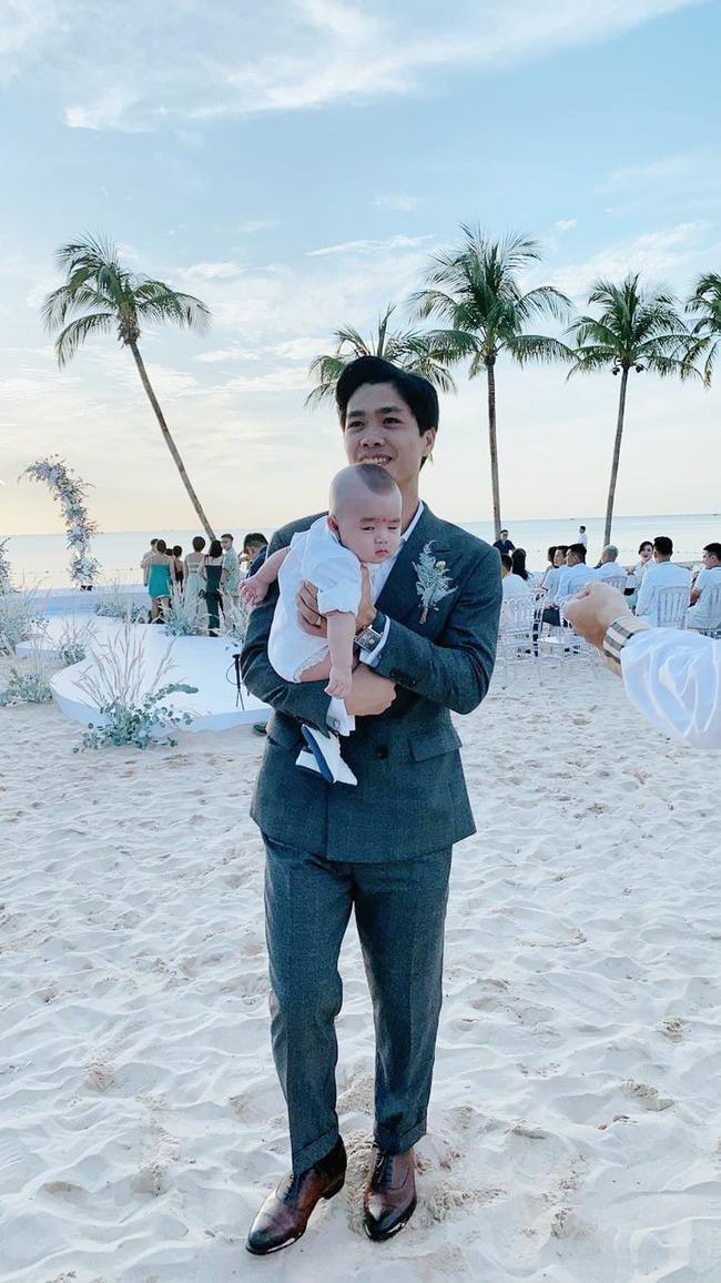 Dân mạng truy lùng danh tính em bé cực kháu khỉnh được Công Phượng và dàn cầu thủ đội tuyển Việt Nam thay nhau bế bồng - Ảnh 1.
