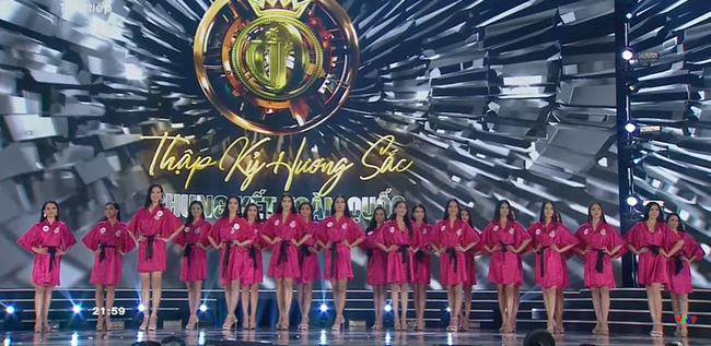 """Trực tiếp Chung kết Hoa hậu Việt Nam 2020: Lộ diện top 15 sau màn trình diễn bikini """"bốc lửa"""" - Ảnh 2."""