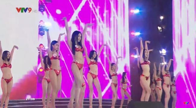 """Trực tiếp Chung kết Hoa hậu Việt Nam 2020: Top 35 đồng diễn bikini bốc lửa cùng """"Big City Boy"""" Binz - Ảnh 2."""