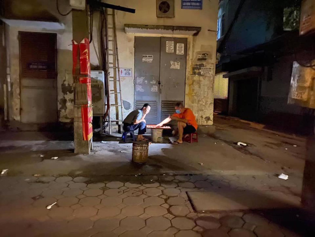 Hài hước chuyện hai người đàn ông ngồi đánh cờ trong căng thẳng suốt 12 tiếng đồng hồ khiến người đi đường tá hỏa  - Ảnh 1.