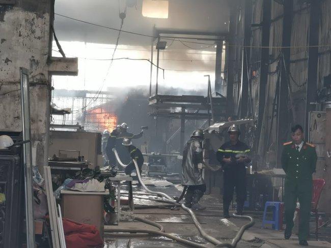 Hà Nội: Lửa thiêu rụi xưởng nội thất cao cấp, nhiều nhà xung quanh bị ảnh hưởng - Ảnh 3.
