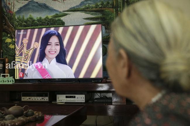 Độc quyền: Tại quê nhà Thanh Hóa, người thân bật khóc khi xem lại khoảnh khắc này của Tân Hoa hậu Đỗ Thị Hà