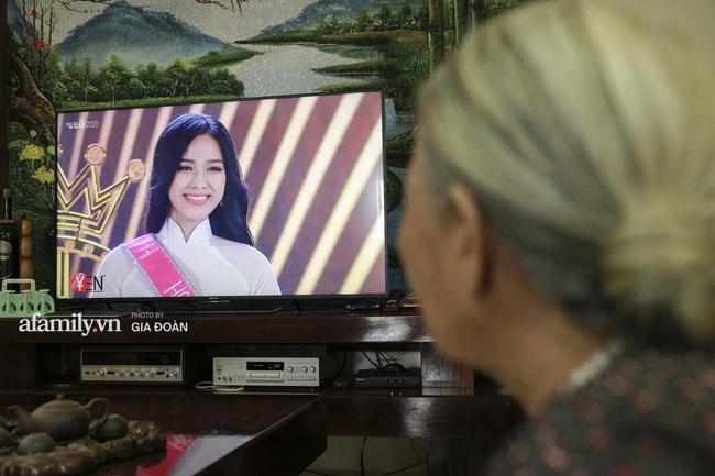 Độc quyền: Người thân bật khóc khi xem lại khoảnh khắc Đỗ Thị Hà đăng quang ngôi vị Hoa hậu Việt Nam 2020 - Ảnh 2.