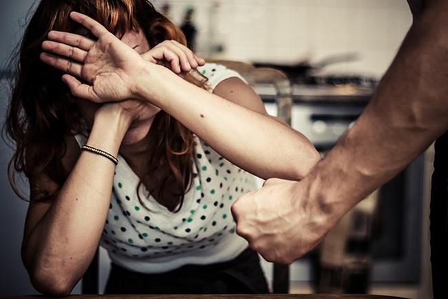 """Vừa kết hôn xong, người phụ nữ bị bố chồng ngăn cấm """"động phòng"""" và hành động tiếp theo mẹ chồng mỗi khi cả nhà đi vắng mới là điều gây phẫn nộ - Ảnh 1."""