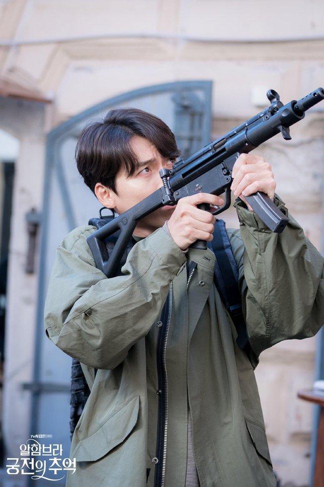 Hyun Bin gây sốt với bộ ảnh khoe cận gương mặt đẹp không góc chết, fan xuýt xoa vì nhan sắc quá cực phẩm - Ảnh 5.