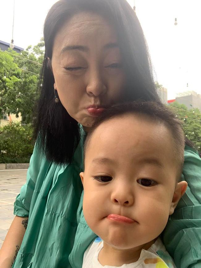 """Sinh con ở tuổi U50, hot mom Văn Thùy Dương """"dở khóc dở cười"""" khi nghe cách cháu nội chào 2 chú Cơm - Canh - Ảnh 4."""