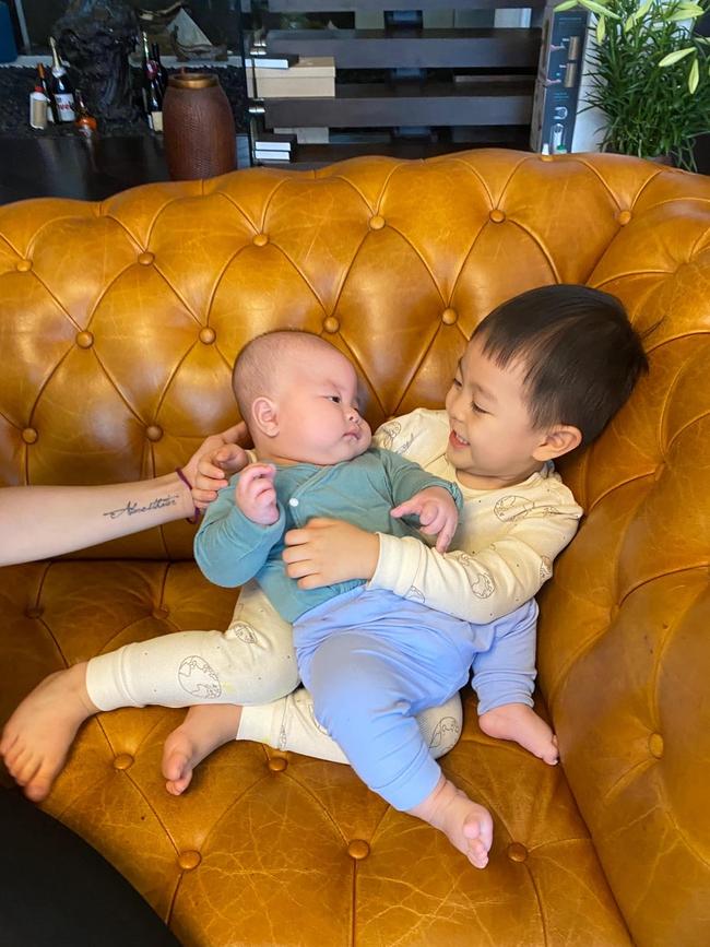 """Sinh con ở tuổi U50, hot mom Văn Thùy Dương """"dở khóc dở cười"""" khi nghe cách cháu nội chào 2 chú Cơm - Canh - Ảnh 2."""