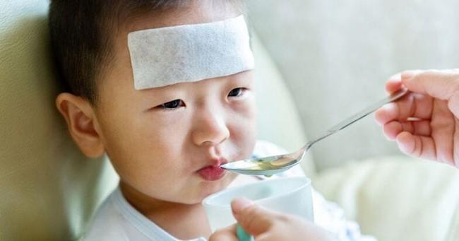 Nghiên cứu cho thấy trẻ dùng kháng sinh có nguy cơ bị dị ứng, hen suyễn và các bệnh khác cao hơn trẻ không dùng - Ảnh 1.
