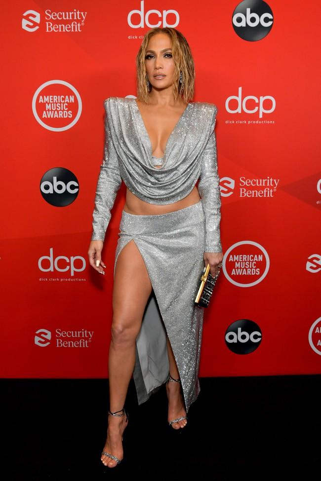 """Dàn sao Hollywood đổ bộ thảm đỏ AMAs 2020: Từ mặt đơ như tượng sáp cho tới tạo báo diện váy """"lưới đánh cá"""" lộ nguyên vòng 1 - Ảnh 1."""