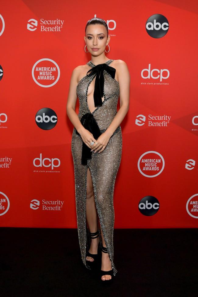 """Dàn sao Hollywood đổ bộ thảm đỏ AMAs 2020: Từ mặt đơ như tượng sáp cho tới tạo báo diện váy """"lưới đánh cá"""" lộ nguyên vòng 1 - Ảnh 10."""