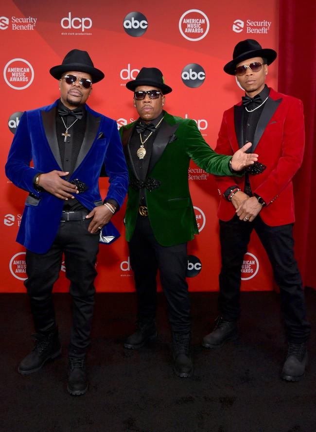 """Dàn sao Hollywood đổ bộ thảm đỏ AMAs 2020: Từ mặt đơ như tượng sáp cho tới tạo báo diện váy """"lưới đánh cá"""" lộ nguyên vòng 1 - Ảnh 11."""