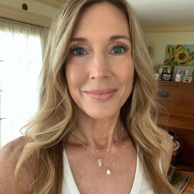 Beauty blogger 51 tuổi chỉ ra 10 sản phẩm mà cô không dùng, kinh nhất là có loại còn khiến đẩy nhanh tốc độ lão hoá - Ảnh 1.