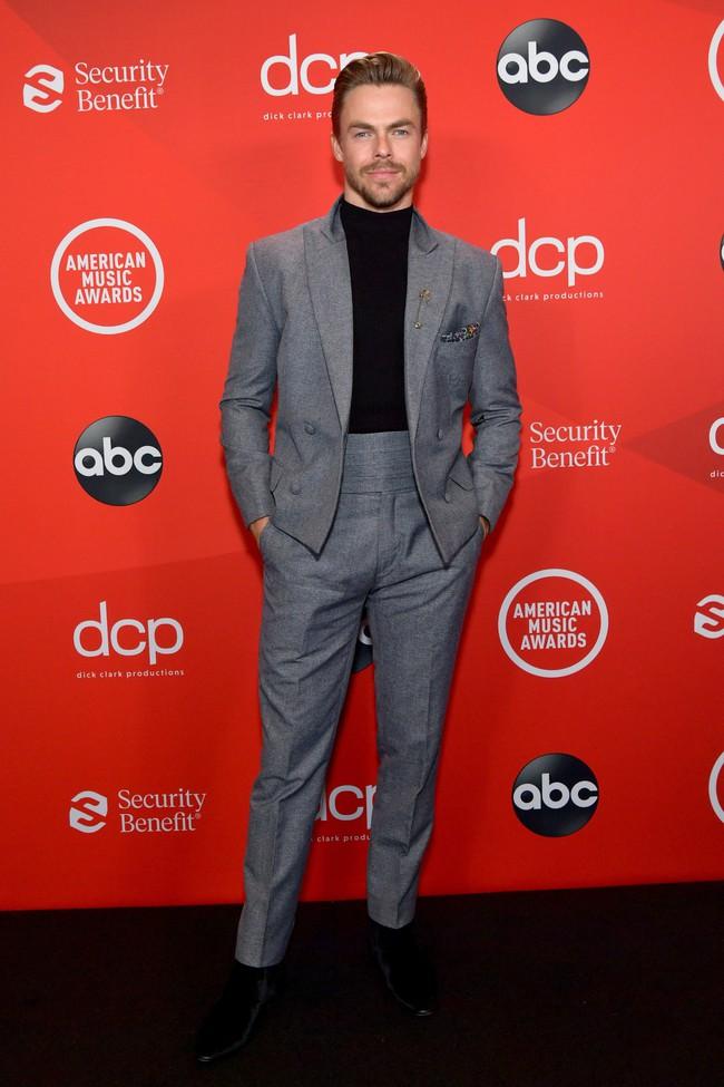 """Dàn sao Hollywood đổ bộ thảm đỏ AMAs 2020: Từ mặt đơ như tượng sáp cho tới tạo báo diện váy """"lưới đánh cá"""" lộ nguyên vòng 1 - Ảnh 12."""