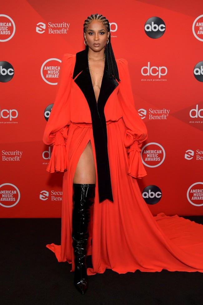 """Dàn sao Hollywood đổ bộ thảm đỏ AMAs 2020: Từ mặt đơ như tượng sáp cho tới tạo báo diện váy """"lưới đánh cá"""" lộ nguyên vòng 1 - Ảnh 3."""