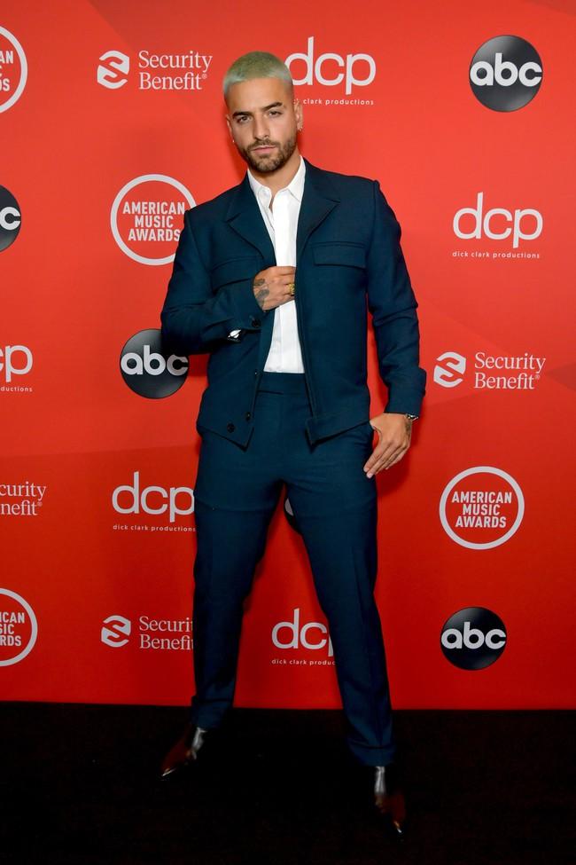 """Dàn sao Hollywood đổ bộ thảm đỏ AMAs 2020: Từ mặt đơ như tượng sáp cho tới tạo báo diện váy """"lưới đánh cá"""" lộ nguyên vòng 1 - Ảnh 4."""