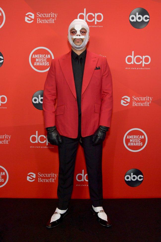 """Dàn sao Hollywood đổ bộ thảm đỏ AMAs 2020: Từ mặt đơ như tượng sáp cho tới tạo báo diện váy """"lưới đánh cá"""" lộ nguyên vòng 1 - Ảnh 5."""