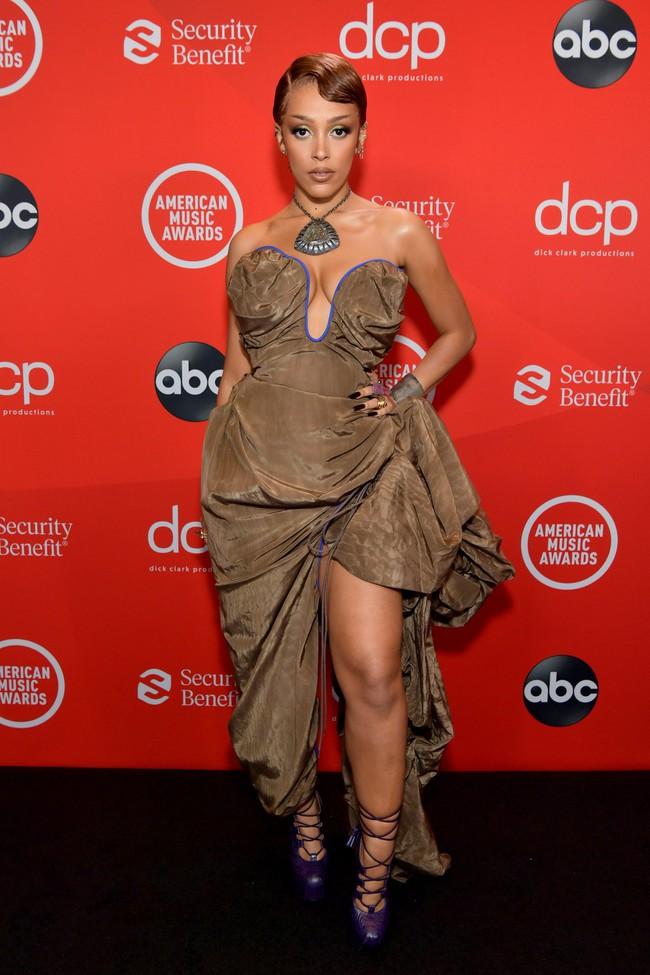 """Dàn sao Hollywood đổ bộ thảm đỏ AMAs 2020: Từ mặt đơ như tượng sáp cho tới tạo báo diện váy """"lưới đánh cá"""" lộ nguyên vòng 1 - Ảnh 8."""