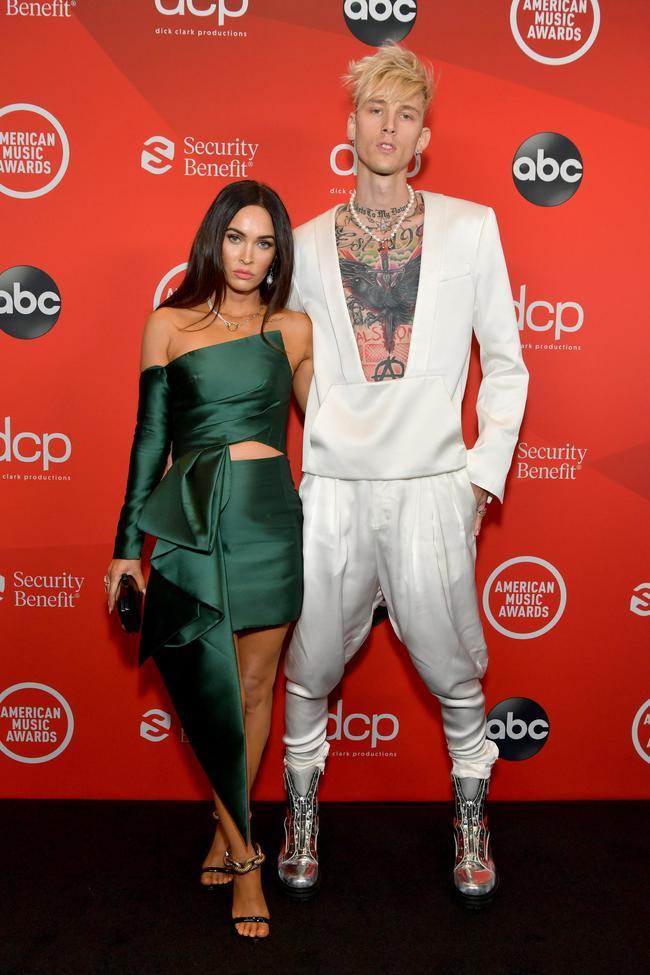 """Dàn sao Hollywood đổ bộ thảm đỏ AMAs 2020: Từ mặt đơ như tượng sáp cho tới tạo báo diện váy """"lưới đánh cá"""" lộ nguyên vòng 1 - Ảnh 9."""