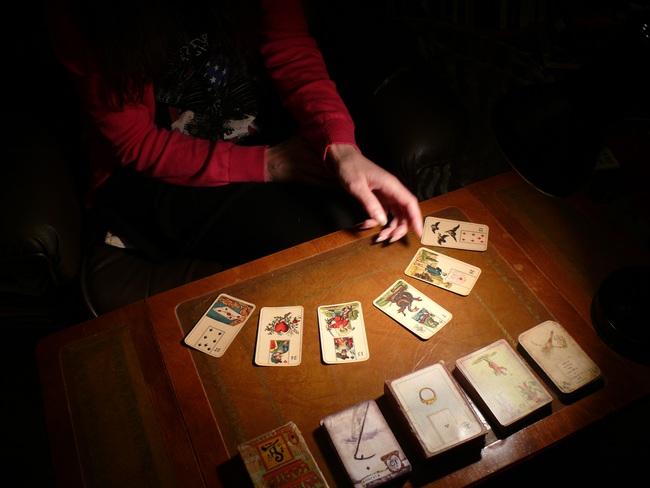"""Bước sa chân của cô nàng nghiện xem Tarot: Ngày """"hiến máu"""" định mệnh và những cuộc gọi lúc 3 giờ sáng nhờ thầy """"hiển linh"""" - Ảnh 4."""