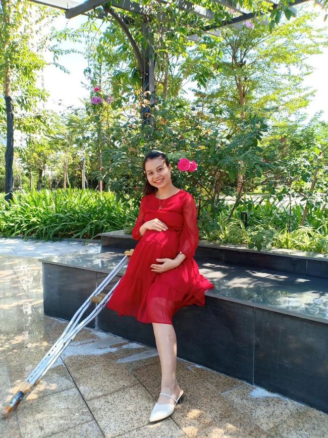 Bà mẹ khuyết 1 chân thông báo sinh con đầu lòng, hình ảnh gia đình 3 người hạnh phúc khiến nhiều người xúc động - Ảnh 2.