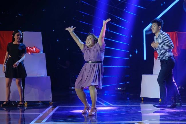 """Cô gái được Lê Dương Bảo Lâm giúp livestream bán hàng và đòi nợ gây xúc động trong tập 1 """"Cười Xuyên Việt 2020"""" - Ảnh 5."""
