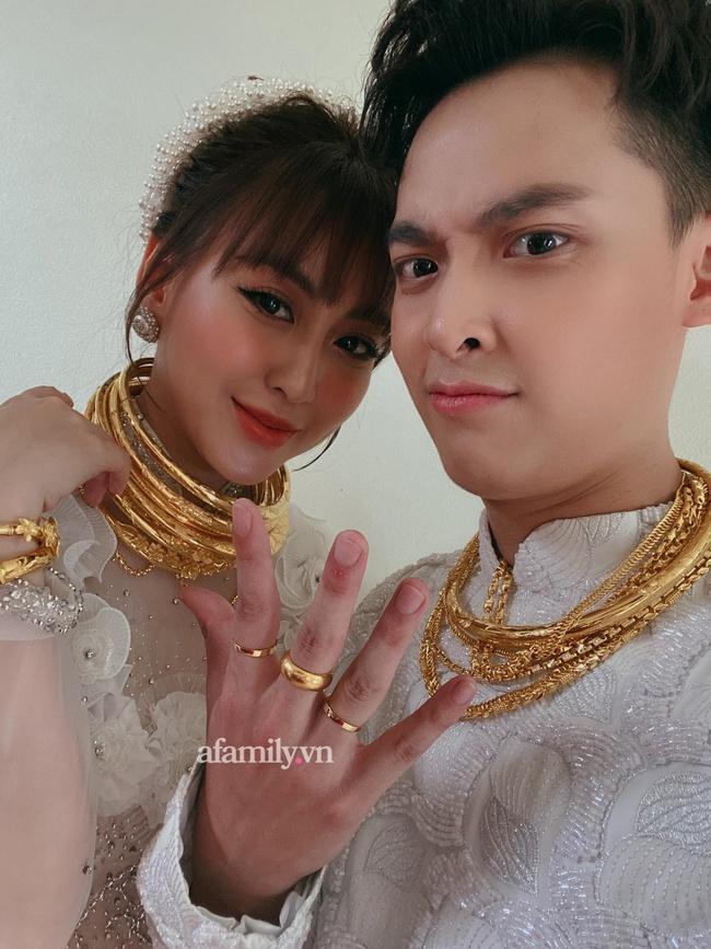 """Cặp đôi vàng trong làng cưới: Cô dâu là """"ái nữ"""" của tập đoàn nổi tiếng, chú rể sở hữu khách sạn dát vàng, cưới nhau được trao hẳn một vali tiền đô và vàng khiến nhiều người choáng - Ảnh 3."""