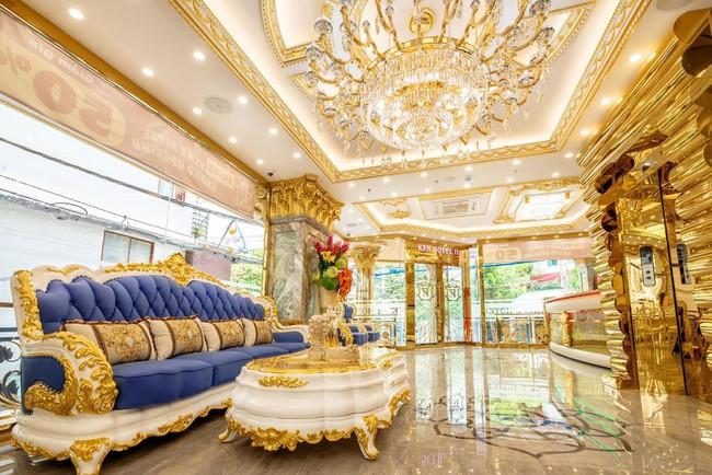"""Cặp đôi vàng trong làng cưới: Cô dâu là """"ái nữ"""" của tập đoàn nổi tiếng, chú rể sở hữu khách sạn dát vàng, cưới nhau được trao hẳn một vali tiền đô và vàng khiến nhiều người choáng - Ảnh 6."""