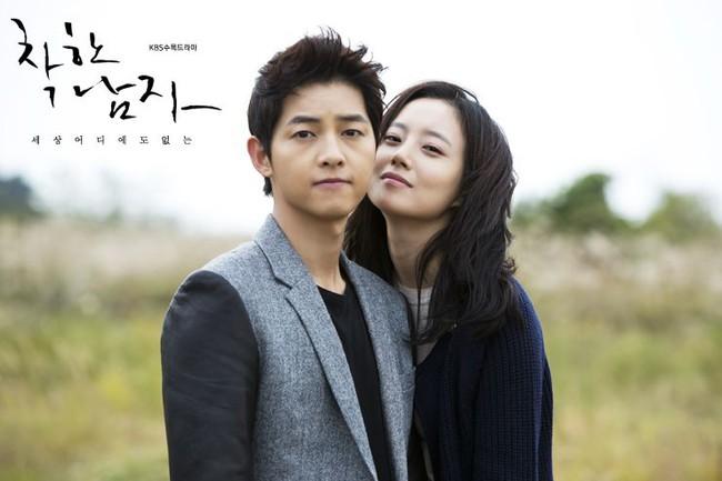 Bộ ảnh Song Joong Ki ngọt ngào bên cạnh Moon Chae Won gây sốt trở lại sau 8 năm, Song Hye Kyo liền bị đem ra so sánh - Ảnh 3.
