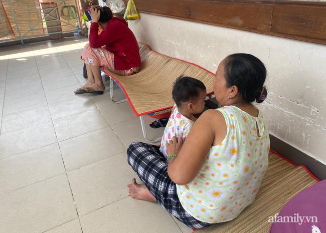 Lời kể bà ngoại bé gái 3 tuổi nguy kịch, nghi bị mẹ bạo hành: Để phân dính vào dép nên bị đánh? - Ảnh 2.