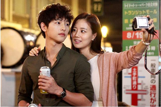 Bộ ảnh Song Joong Ki ngọt ngào bên cạnh Moon Chae Won gây sốt trở lại sau 8 năm, Song Hye Kyo liền bị đem ra so sánh - Ảnh 5.