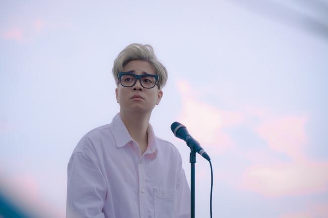 Bùi Anh Tuấn trở lại với hình ảnh lãng tử khác lạ, dành tặng cho Hồ Ngọc Hà món quà sinh nhật vô cùng đặc biệt